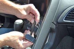 Fixation voiture Proclip  Brodit Chevrolet Corvette  SEULEMENT pour les modèles avec une couture sur le côté arrière de la poignée passager aider. Réf 855034